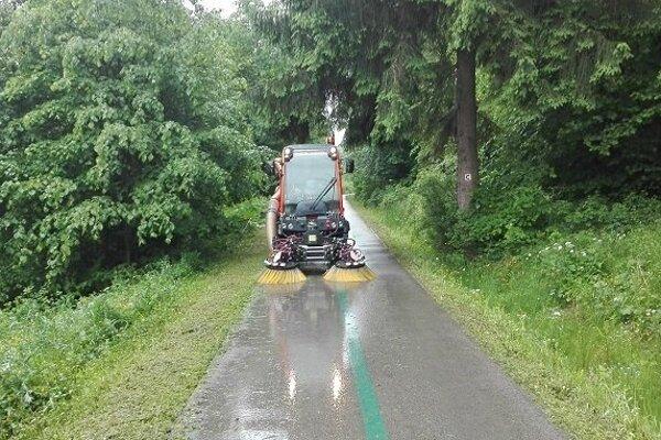 Nové zametacie vozidlo na cyklotrase.