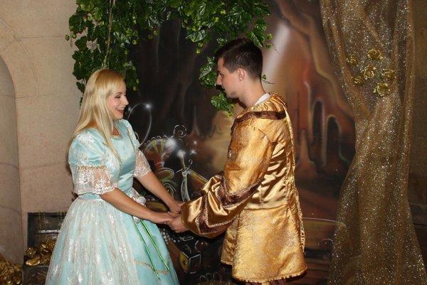 Scéna z rozprávky Kráska a zviera.