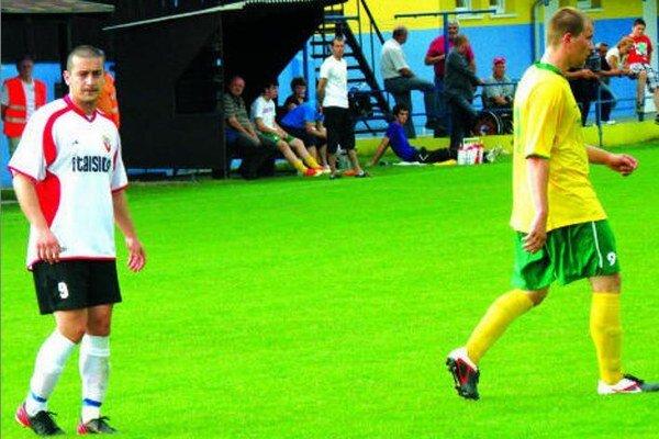 Útočník Palárikova Vencel (v bielom) mohol v zápase proti Nededu niekoľkokrát skórovať. (Fotka je z iného, skoršieho zápasu.)