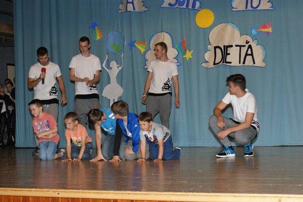 Tanečníci do vystúpenia zapojili aj deti.