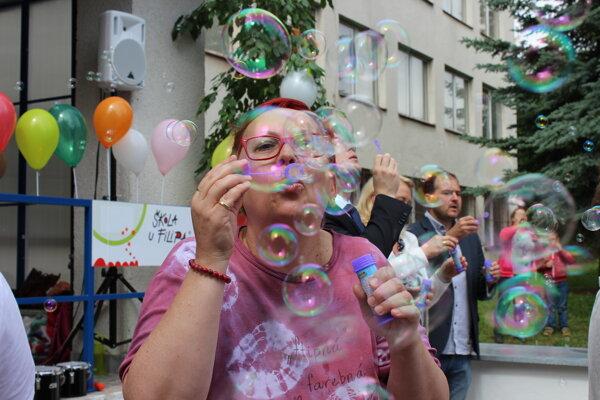 Riaditeľka školy si tiež fúkla do bublín.