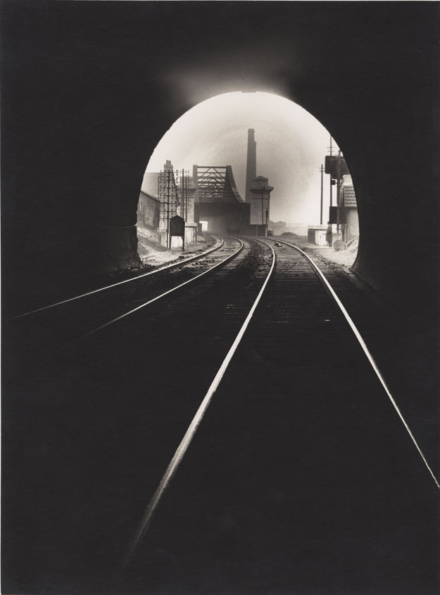 Pohľad do tunela Sainte-Catherine v Sotteville-lés-Rouen pôsobí výtvarne. 1931 – 1932.