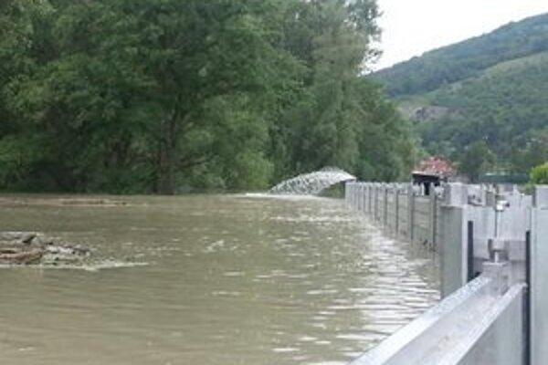 V Devíne voda presakuje cez protipovodňové zábrany. Musia ju odčerpávať.