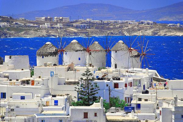 Silueta ostrova Mykonos, ktorý patrí k tým vychytenejším gréckym destináciám, je známa piatimi veternými mlynmi.