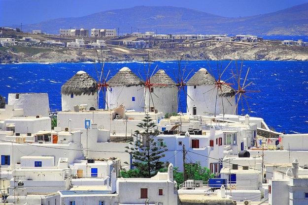 Silueta ostrova Mykonos je známa vďaka piatim veterným mlynom.