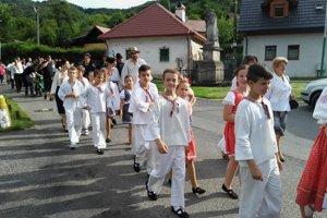 Oslavy 760. výročia prvej písomnej zmienky o obci otvoril historický pochod obcou.