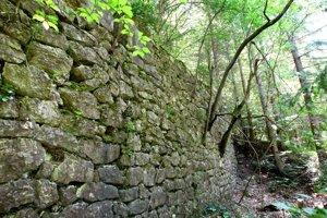 Z banského závodu sa zachovala iba stena, ktorá je pozostatkom flotácie.