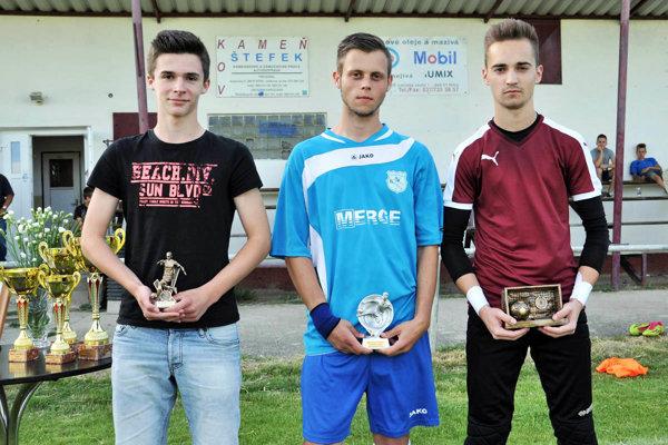 Traja ocenení hráči - zľava Andrej Garláty (Janíkovce), Erik Štefanovič (Kynek) a Jozef Paulis (Lužianky).