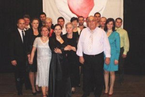 Fotka z plesu – oceňovaní darcovia, členovia SČK, poslanci OZ Lipová.