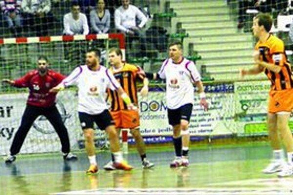 Brankár HC Štart Tomáš Šuba (v červenom) odchytal proti Košiciam celý zápas.