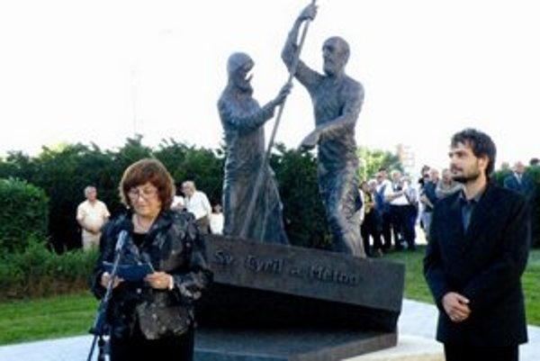 Príhovor riaditeľky novozámockej galérie a autora súsošia na slávnostnom odhalení pamätníka.