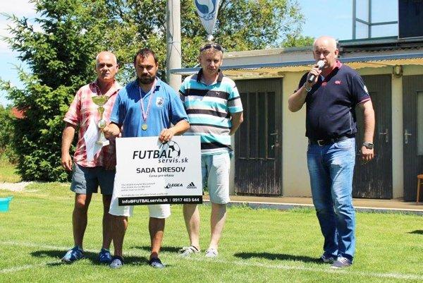 Zľava sekretár ObFZ Vladimír Lyžičiar, tréner Čeľadíc Martin Slovák, predseda ŠTK ObFZ Tibor Révay a predseda ObFZ Štefan Korman.