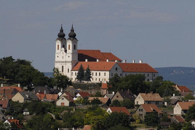 Balaton dotvára silueta kostola a benediktínskeho opátstva v Tihany na severnom brehu jazera. Dedina je tiež známa levanduľovým festivalom.