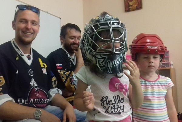Hokejoví Gladiatori z Trenčína navštívili deti v materskej škôlke.