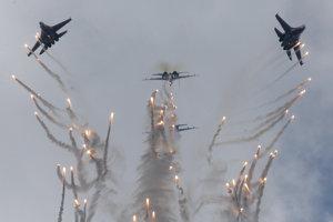 Stíhačky Suchoj SU - 27 pri akrobacii.