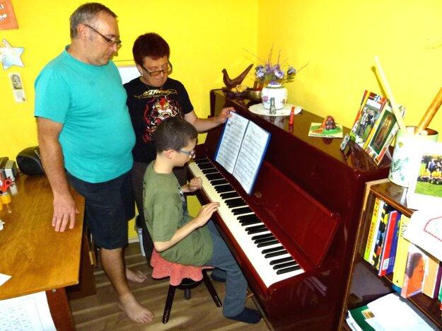 Danko s rodičmi pri hre na klavíri.