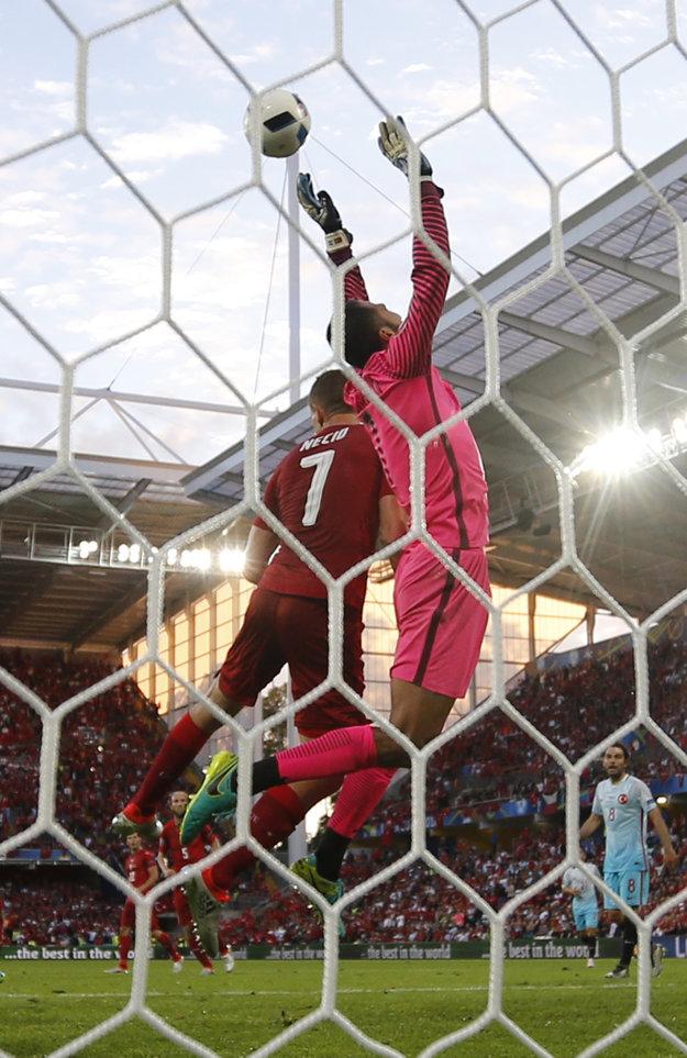 Volkan Babacan sa pokúša chytiť loptu vo vzduchu pred Tomášom Necidom.