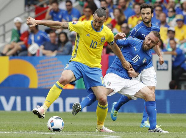 Daniele De Rossi (s číslom 16) sa pokúša odzbrojiť od lopty Švéda Zlatana Ibrahimoviča.