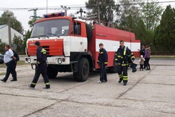Hurbanovskí hasiči dostali novú výbavu aj Tatru 815.