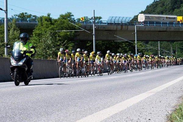 Na diaľnici absolvovali cyklisti približne štvrtinu trasy.