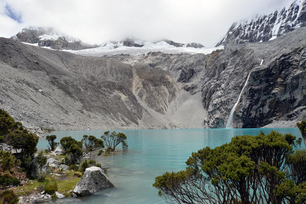 Kordillery a horské pleso asi 4 400 metrov nad morom.