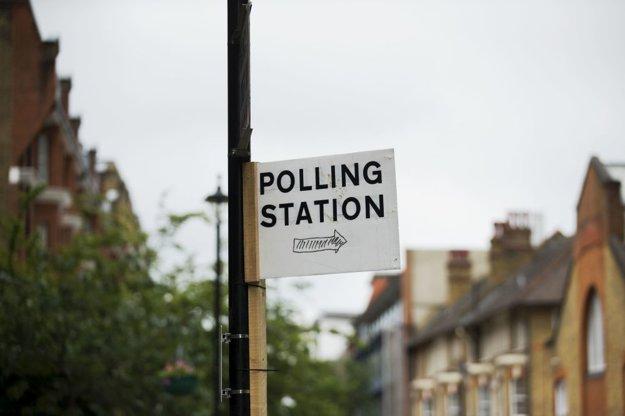 Smerovka naznačuje, kde ľudia nájdu volebnú miestnosť.