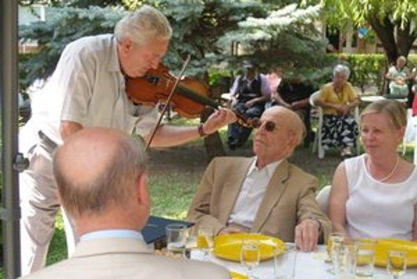 Spevokol Zariadenia pre seniorov v Komárne daroval Štefanovi Lányimu milé hudobné a spevácke prekvapenie.