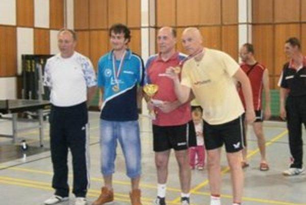 Zľava: L.Súrovský predseda KSTZ TN, Marek Šimunek, Ladislav Gáspár, Jaroslav Cagáň.
