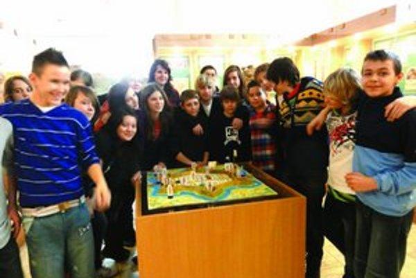 Účastníci historickej hry v múzeu.