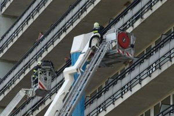 Pri nemocnici zasahovali okrem inej techniky dve vysokozdvižné plošiny.