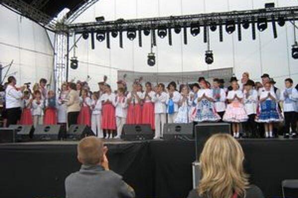 Zlatý levík s krajanmi z Vojvodiny na pódiu v poľskej Wieliczke.