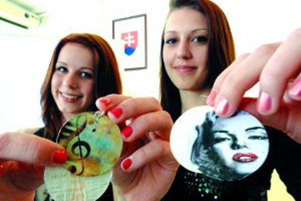 Náušnice. Žaneta (vľavo) a Alexandra ich vedia vyrobiť z lístkov na MHD.