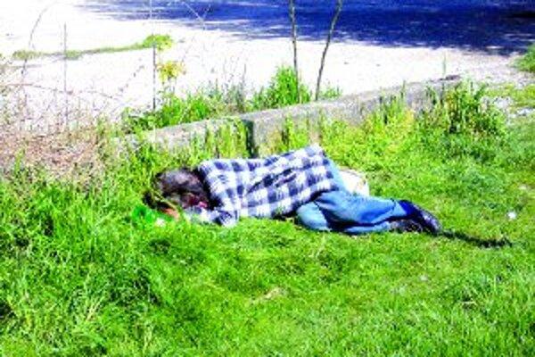 Bezdomovectvo postihuje človeka na materiálnej i sociálnej úrovni.