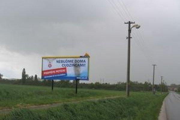 SNS zverejnila na svojej internetovej stránke fotografiu tohto billboardu. Na území mesta Nové Zámky sme ho však nenašli. Mestská polícia nemá informácie o žiadnom podpálenom billboarde v katastri mesta.