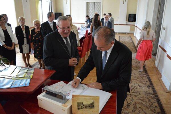 Prezident SR Andrej Kiska sa v spoločnosti primátora Miroslava Mazúra zapísal do kroniky mesta Vrútok.