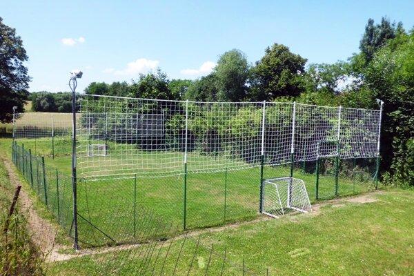 Hrať sa bude na tomto ihrisku, ktoré stojí v záhrade rodinného domu.