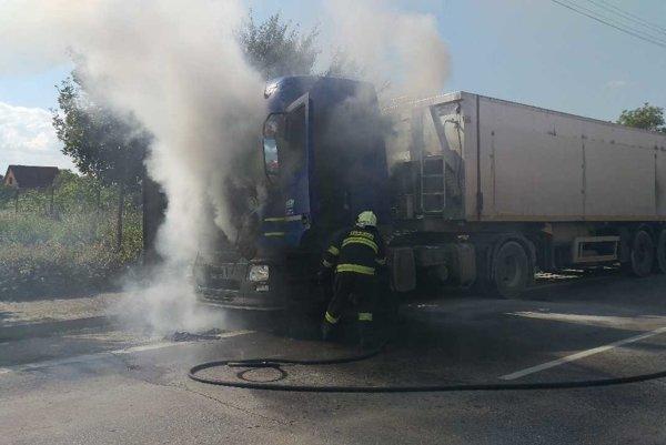 Požiar kamióna v Piešťanoch zapríčinila technická porucha.