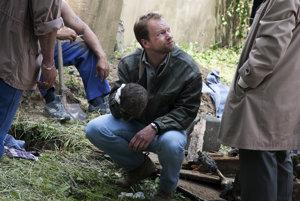 Hrdina Dánových románov, detektív Richard Krauz v podaní poľského herca Macieja Stuhra vo filmovom spracovaní Červeného kapitána.