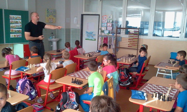 Žiaci Základnej školy vo Veľkej Ide majú to šťastie, že sa učia matematiku pomocou šachu. Učiteľom alternatívnej metódy je Vladimír Strýčko.