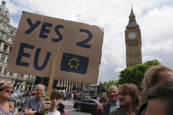 Takmer dva milióny Britov, chcú druhé referendum.