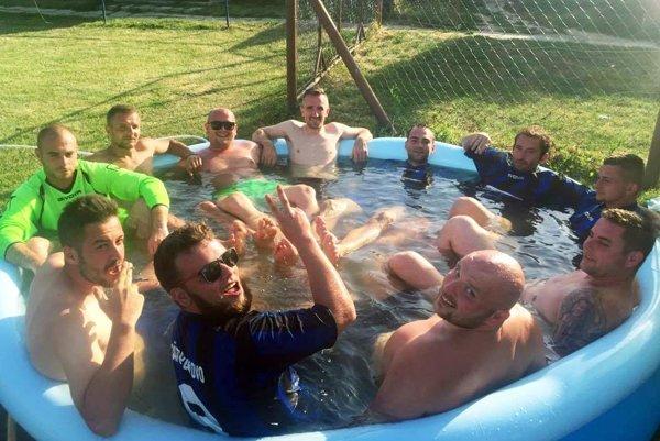 V horúcom počasí futbalistom poslúžil aj detský bazén.