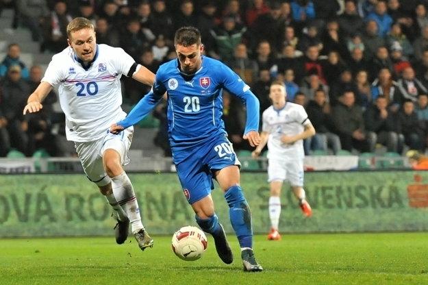 V novembri minulého roka Slováci v priateľskom zápase zdolali hráčov Islandu (v bielom) v Žiline 3:1.