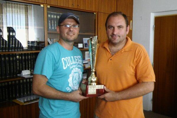 Zľava organizátor Marián Lajčiak a starosta obce Martin Mokrý.