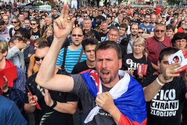 Protestujúci ľudia na Námestí SNP v Bratislave.