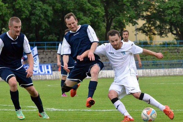 Hráči Kremničky (v modrom) bude patriť k favoritom III. ligy.