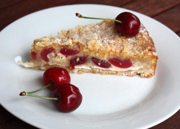 Sypaný čerešňovo-tvarohový koláč