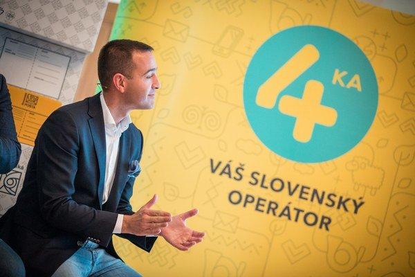 Generálny riaditeľ Slovenskej pošty Tomáš Drucker. V pozadí logo štvrtého mobilného operátora.