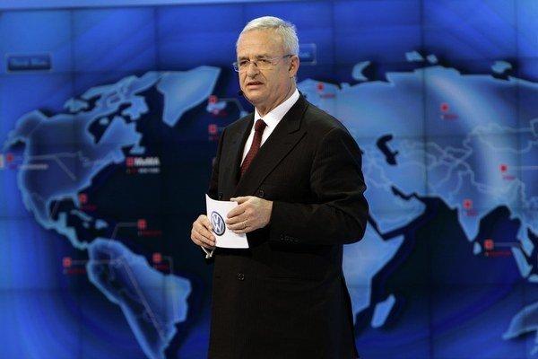 Šéf nemeckej automobilky Volkswagen Martin Winterkorn odstúpil z funkcie.