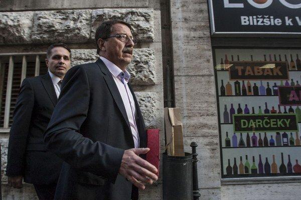 Za jednou z najznámejších firiem s nejasnými majiteľmi, ktoré uspeli v tendroch  Medical Group  stál podľa medializovaných informácií bývalý šéf parlamentu Pavol Paška zo Smeru.
