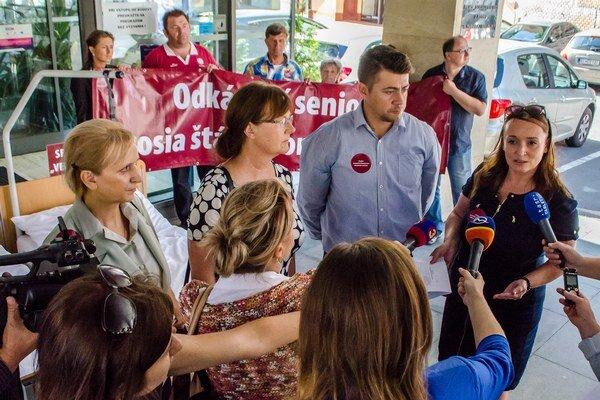 Protestné zhromaždenie pred Ministerstvom práce, sociálnych vecí a rodiny SR v Bratislave.